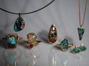 Die ganze Farbpracht der Natur aus dem Goldschmiede Meisteratelier Höfelmaier. In 750/000 Gelbgold gefertigt zeigen sich ein Anhänger mit einem Edelstein Opal aus Australien, ein Ring mit einem Boulder Opal und Diamanten im Brilliantschliff in der Farbe Champagner, ein Ring mit einem Opal aus Coober Pedy, kombiniert mit einem Saphir in Orange, ein Ring mit einem Yowah Nut Opal, ein Ring mit Pinfire Opal, Ohrstecker mit Opale aus Lightning Ringe und Diamanten im Brilliantschliff, sowie ein dreieckiger Anhänger mit einem Opal aus Andamooka.