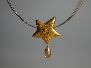 Im Goldschmiede Meisteratelier Höfelmaier wurde dieser Anhänger aus 900/000 Gelbgold mit Granulation gefertigt. Dies ist eine antike Goldschmiedetechnik. Der Stern mit appliziertem Sternenmotiv symbolisiert das Universum und den Sternenstaub. Champagnerfarbige Diamanten im Brillantschliff und ein Diamant im Rosenschliff vervollständigen das exklusive Ensemble.