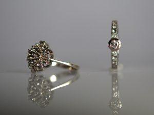 Im Goldschmiede Meisteratelier Höfelmaier wurden aus dem alten Ring links die Diamantsteine entnommen und damit ein moderner Diamantring mit Solitär in 750/000 Weißgold gefertigt.