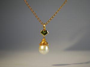 Ein sehr filigranes Schmuckstück aus dem Hause Goldschmiede Meisteratelier Höfelmaier. Aus 750/000 Gelbgold gefertigt überzeugt der Anhänger mit folgenden Edelsteinen - grüner Peridot, gelbe Saphire, Diamanten im Brilliantschliff in der Farbe Champagner und eine exquisite Südseeperle.