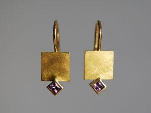 Im Goldschmiede Meisteratelier Höfelmaier wurde dieser 750/000 Weiß Gold Schmuck gefertigt: Ohrschmuck Quadrat mit Edelsteine Careé Schliff violette Saphire