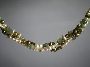 Das überzeugend edle Perlencollier aus dem Goldschmiede Meisteratelier Höfelmaier zeigt eine Kombination aus Süsswasserperlen, Peridot, Chrysopras und Fluorit in verschiedenen Schliffformen.