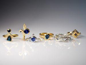 Im Goldschmiede Meisteratelier Höfelmaier wurden diese 7 Ringe aus 750/000 Weißgold und 750/000 Gelb Gold gefertigt. Die verwendeten Edelsteine sind blaue Saphire, blauer Turmalin (auch als Indigolith bezeichnet) und weiße Diamanten im Brillantschliff.