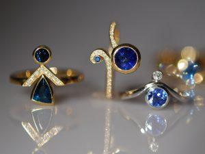 Im Goldschmiede Meisteratelier Höfelmaier wurden diese 3 Ringe aus 750/000 Weißgold und 750/000 Gelb Gold gefertigt. Die verwendeten Steine sind blaue Saphire, blauer Turmalin (auch als Indigolith bezeichnet) und weiße Diamanten im Brillantschliff.