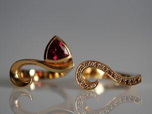 Im Goldschmiede Meisteratelier Höfelmaier wurde dieser 750/000 Gelb Gold Schmuck gefertigt: 2 Ringe die verwendeten Edelsteine hot pink Turmalin im Triangel Schliff, Champagner Farben Diamanten im Brillantschliff