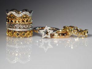 Im Goldschmiede Meisteratelier Höfelmaier wurden diese 9 Ringe aus 750/000 Gelb Gold und Weiß Gold gefertigt, die verwendeten Edelsteine sind weiße Diamanten im Brillantschliff: Wellen Memoire Ring, 2x Herzen Memoire 2x Sternen Memoire, Stern, Sternenhimmel, Fancy Herzen Ring