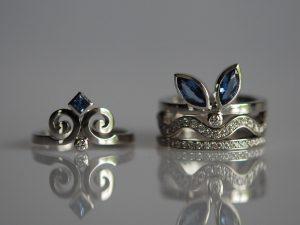 Im Goldschmiede Meisteratelier Höfelmaier wurden diese vier Ringe aus 750/000 Weißgold gefertigt. Die verwendeten Edelsteine sind blaue Saphire und Diamanten im Brillantschliff.