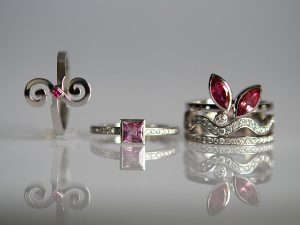 Im Goldschmiede Meisteratelier Höfelmaier wurden diese 5 Ringe aus 750/000 Weißgold gefertigt, die verwendeten Edelsteine sind rosa Saphire, rosa Saphir im Careé und weiße Diamanten im Brillantschliff sowie hot pink Turmaline im Navette-Schliff.