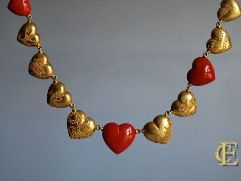Herzcollier Granulation und Korallherzen aus dem Atelier Eva-Christine Höfelmaier