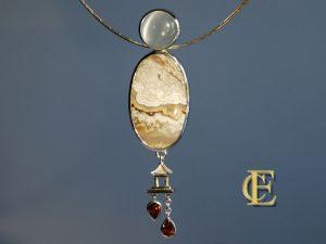 Anhänger aus Bänderjaspis, Mondstein und Granat in Silber aus dem Haus Eva-Christine Höfelmaier