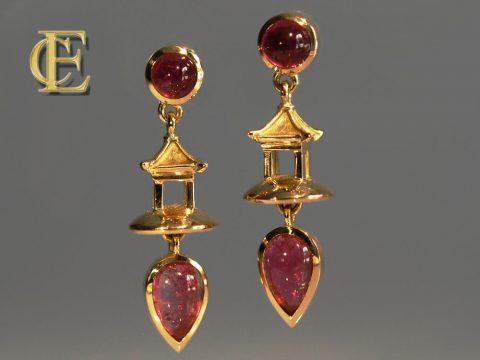 Pagoden Ohrringe mit pink Turmalin Cabuchons in 750/000 Gelbgold aus der Werkstatt Höfelmaier