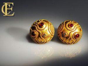 Runde große Ohrstecker mit Goldgranulation und Rubinen
